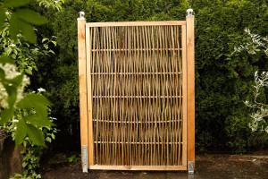 Haselnusszaun mit umlaufendem Holzrahmen