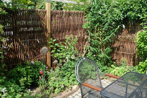 Terrassenabtrennung mit Haselnusszaun Lato Universal