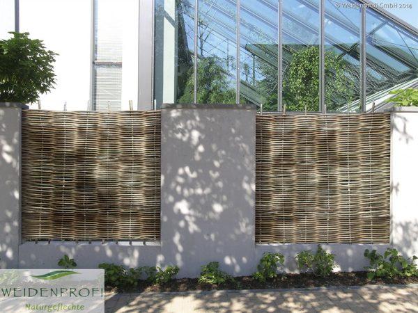 Robinienzaun Baldo Stabil als Gartenzaun in Mauer eingearbeitet